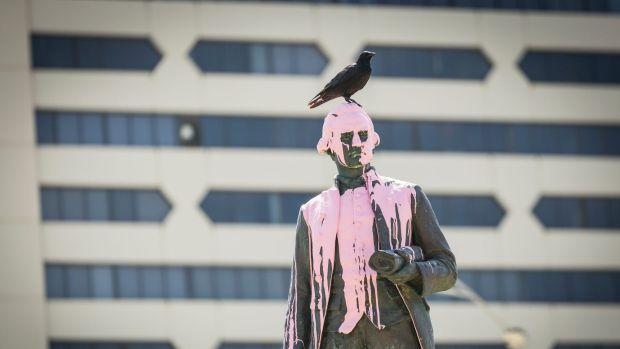 captain cook statue melbourne vandalised australia day paint